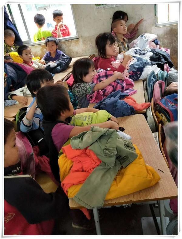 卡西欧向贫困小学捐献衣物,把温暖传递下去